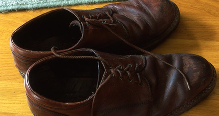 Dyeing leather shoes is quick and easy.
