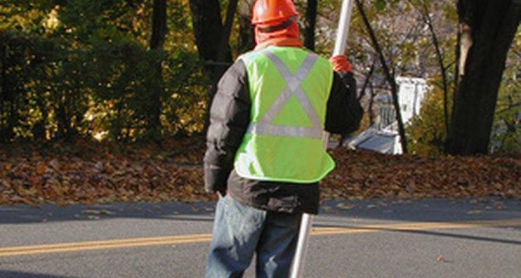 Es obligatorio que este trabajador de la carretera utilice su chaleco reflectante.