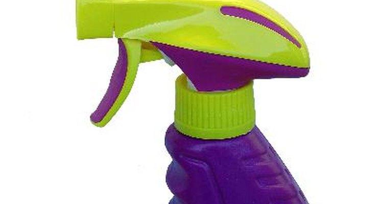 Mezcla 1/4 de taza de detergente líquido para platos.