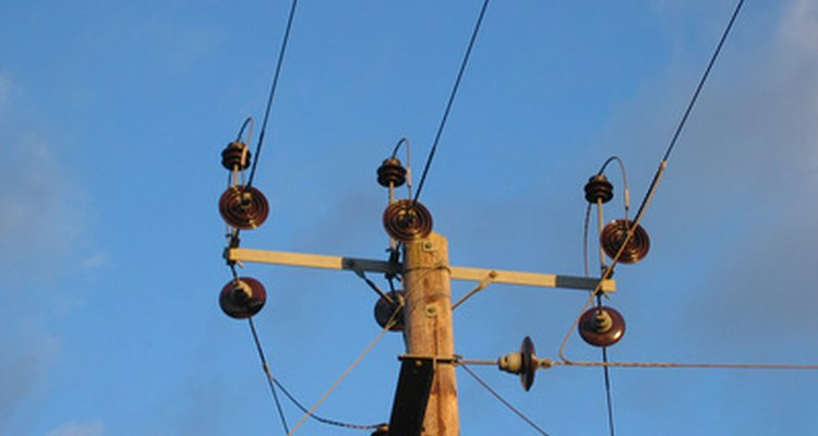 As emissões de radiação das linhas de transmissão de energia podem variar em distância dependendo da força das correntes