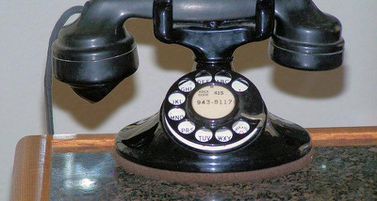 Un viejo teléfono de discado sirve para un buen proyecto de restauración para un coleccionista novato de teléfonos antiguos.