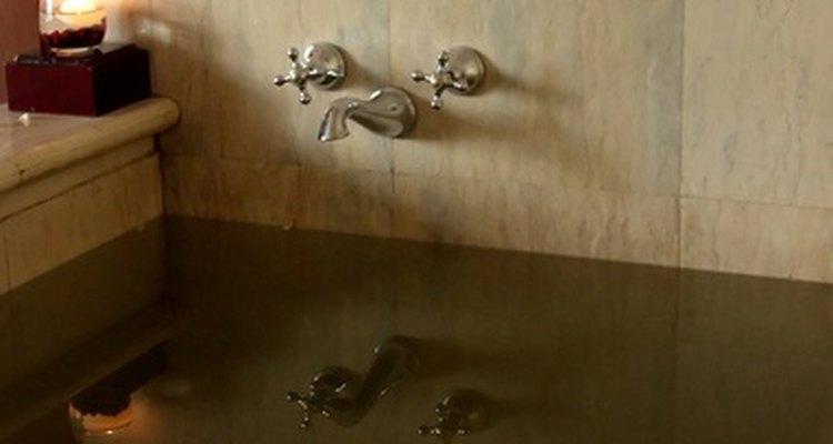 Ahorra espacio mediante la instalación de su jacuzzi en una esquina del cuarto de baño.