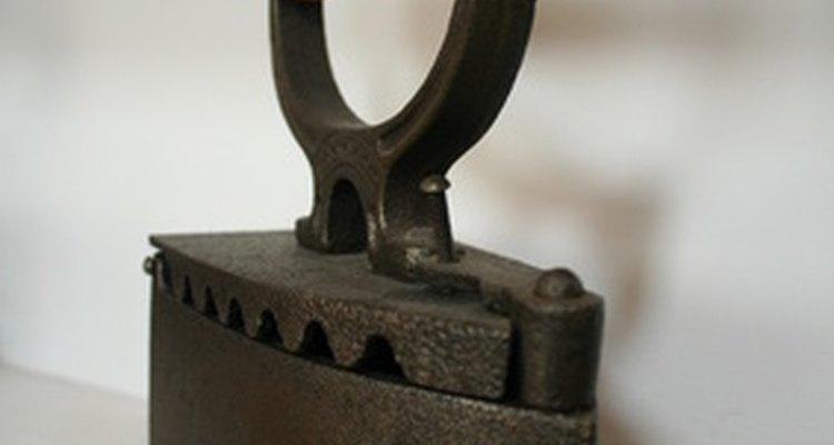 Diversos artigos são feitos de ferro fundido, incluindo fogões, ferros e panelas