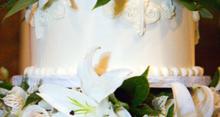 La crema de mantequilla italiana es popular para pasteles de casamiento por su color casi blanco y estabilidad.