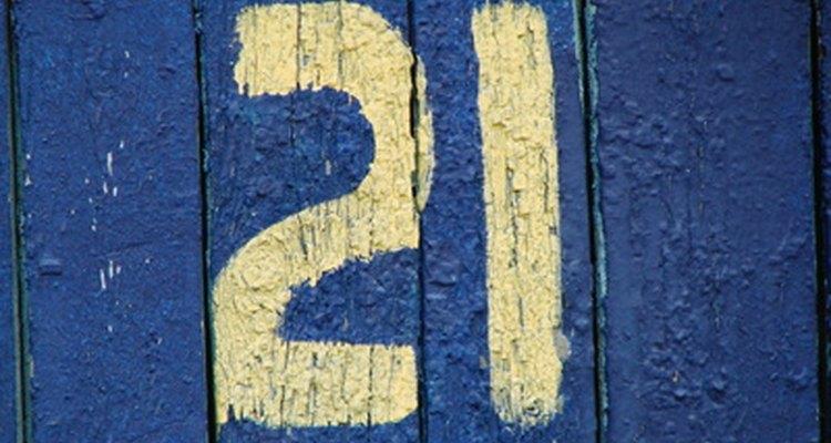 Decora tu casa con etiquetas numeradas para una fiesta de cumpleaños número 21.