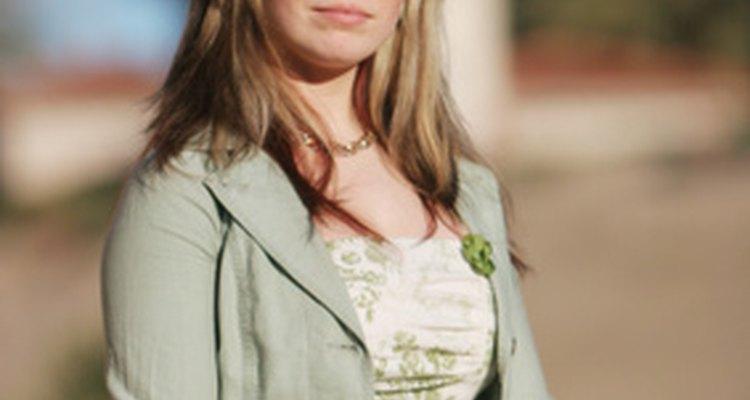 Usar gafas de sol puede ser una necesidad para las bodas al aire libre en climas soleados.