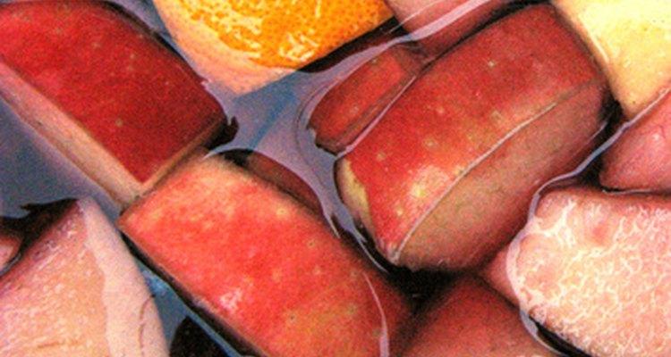 Mezclando una mezcla de fruta y vino con hielo picada hace una sangría congelada dulce y agria.