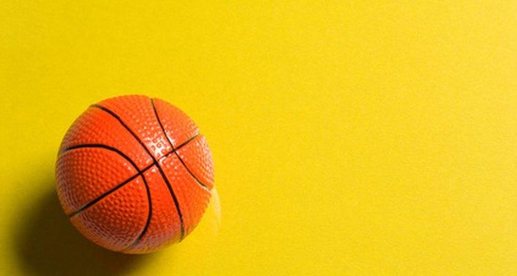 Bolas de basquete feitas de espuma ou plástico são leves e não fazem barulho ao quicar