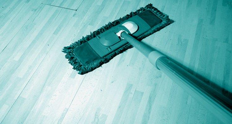 Remova cera velha para renovar a beleza de seus pisos de madeira