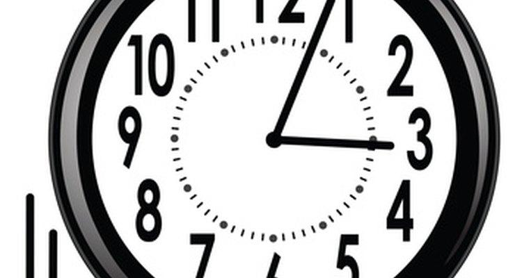 Um relógio redondo, com números grandes, ajuda as crianças a ler as horas