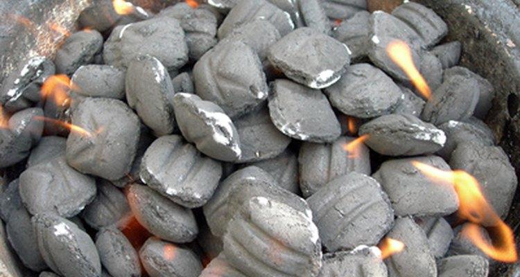 Os briquetes de carvão são formados pela utilização de alginatos das algas marrons como aglutinadores