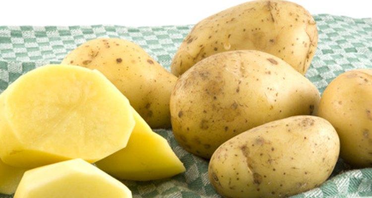 Quando as batatas descascadas ficam escuras, isso é o resultado de uma reação química