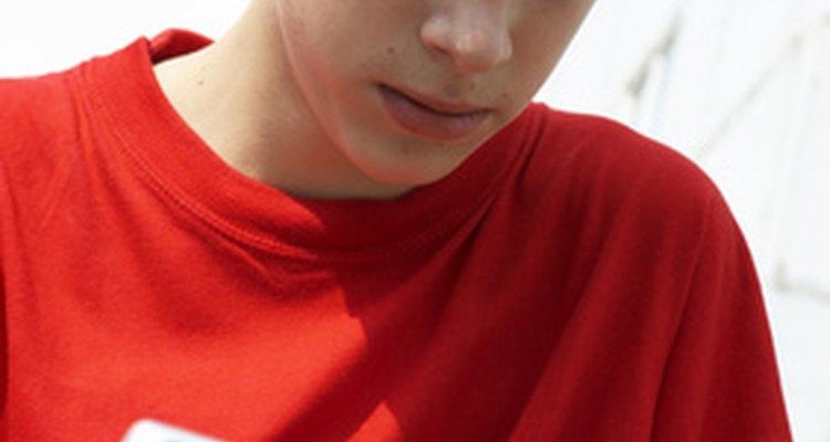 Los adolescentes aislados se podrían sentir auto conscientes, criticarse y sentirse incómodos en ambientes sociales.