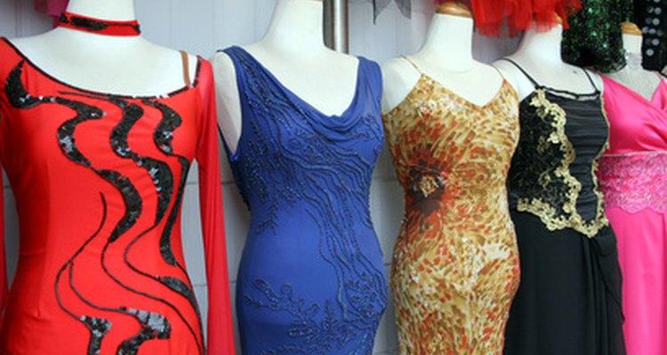 Muchos hombres jóvenes disfrutan experimentando con prendas de mujer.