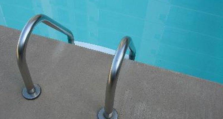 O cloro pode ser encontrado na água de piscinas