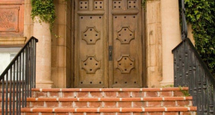 La instalación de azulejos de cerámica en las escaleras es exactamente lo mismo como lo es en una bañera.