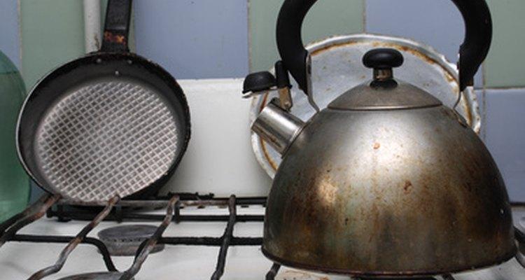Use bicarbonato de sódio e vinagre para limpar seu fogão