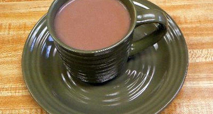 El cacao caliente es un alternativa con menos calorías que la chocolatada caliente.