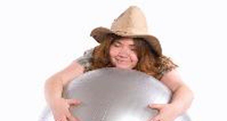 Mujer en una bola de ejercicios