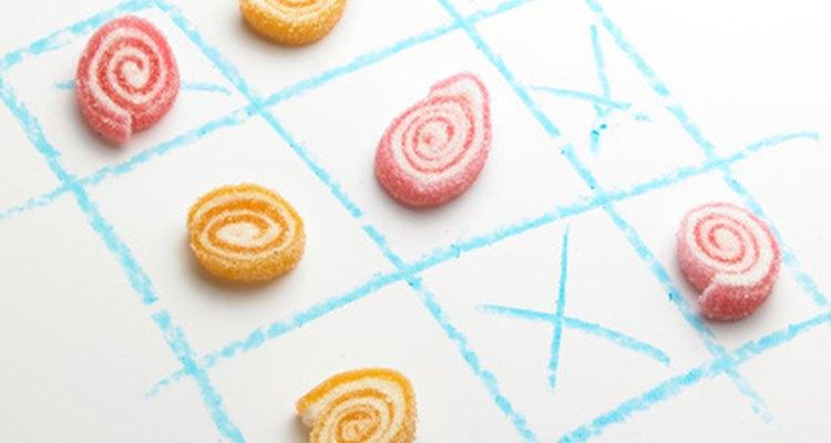 Utiliza un mantel de papel y dulces para jugar ta-te-ti.