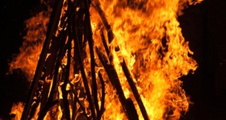 As fogueiras combinam com S'mores clássicos, como marshmallows, chocolates e bolachas de água e sal