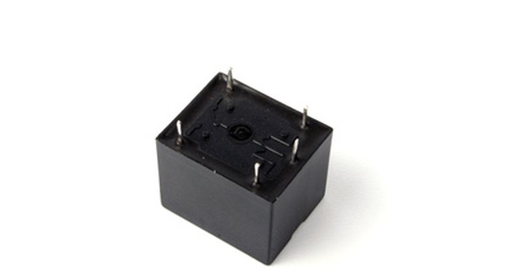 Um relé de 12 V e 5 pinos é normalmente usado em automóveis.