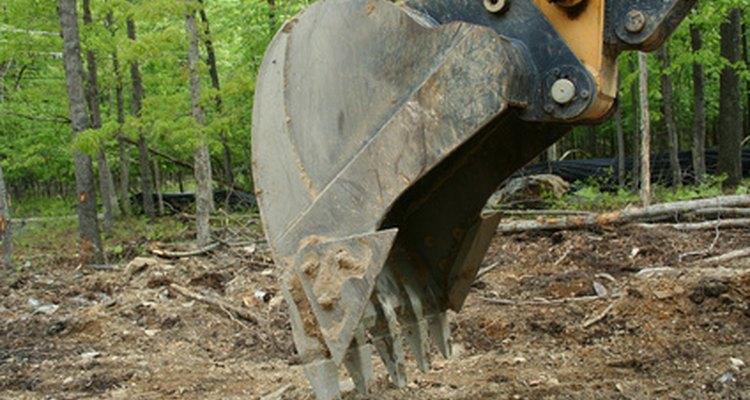 La cuchara de la retroexcavadora tiene muchos usos.