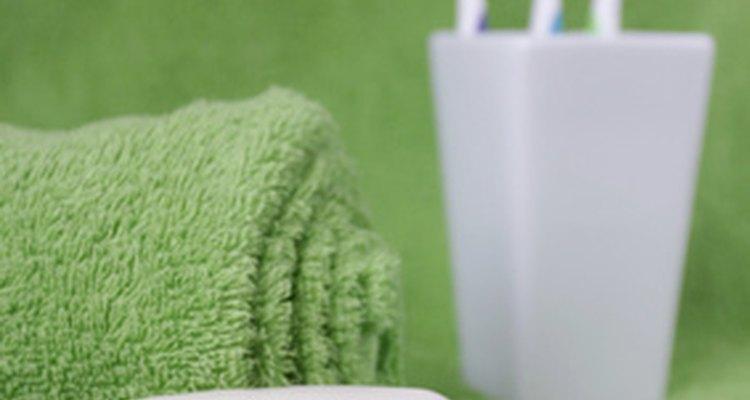 Cuando se retira un vendaje quirúrjico, pueden quedar resíduos de pegamento.