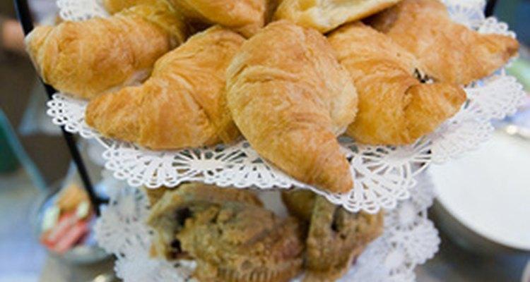 Invita a tus huéspedes a desayunar con tarjetas adornadas con motivos gastronómicos.