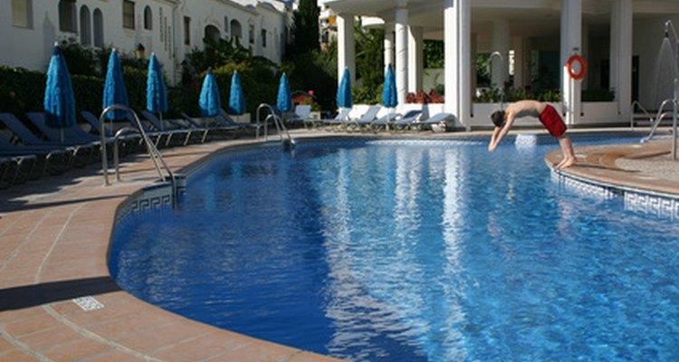 Repara pequeñas grietas para mantener a tu piscina en forma.