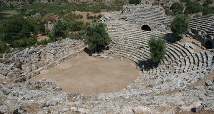 El drama griego era generalmente representado en el exterior en grandes anfiteatros.
