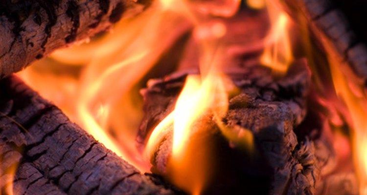 A cinza de madeira é benéfica para jardineiros e donos de terras