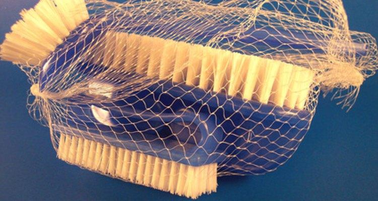 Usa un cepillo de cerdas medianas para fregar.