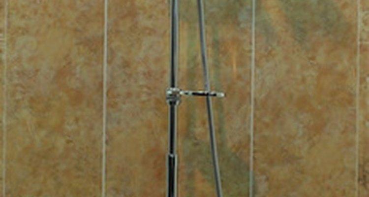 Eleve o seu ralo do chuveiro ao reazulejar o banheiro para deixá-lo na altura correta