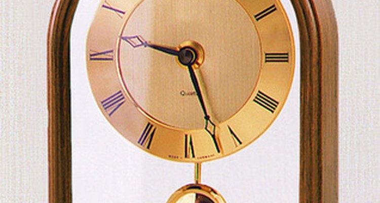 Los relojes de péndulo hacen uso de un movimiento de vaivén del péndulo para mantener la hora exacta.