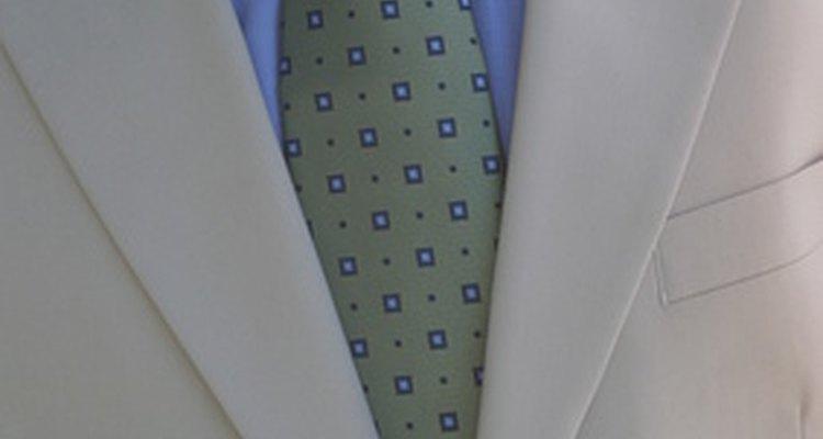 Un traje de color claro es adecuado en las bodas de clima cálido y frío.