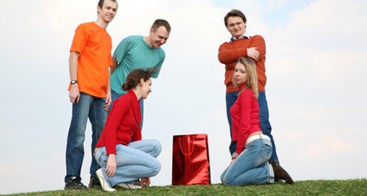 Los buenos juegos para grupos de jóvenes ayudan a construir un sentido de camaradería.
