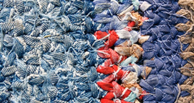 Usa polvos de limpieza de alfombras en seco para eliminar rápidamente la suciedad y los residuos.