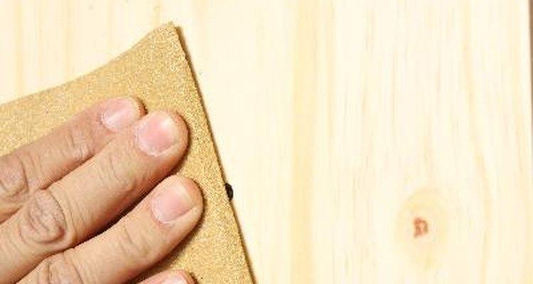 Lijar los armarios en preparación para el papel tapiz es recomendado.