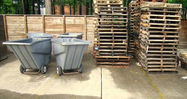 Há muitos usos para paletes de madeira usados