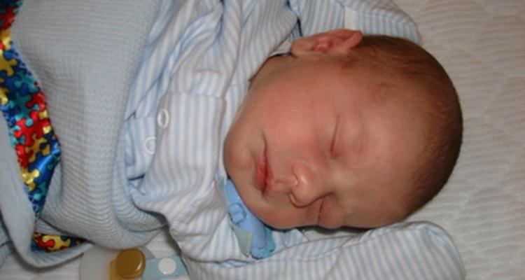 Envolver al bebé le ayudará a sentirse más seguro mientras duerme.