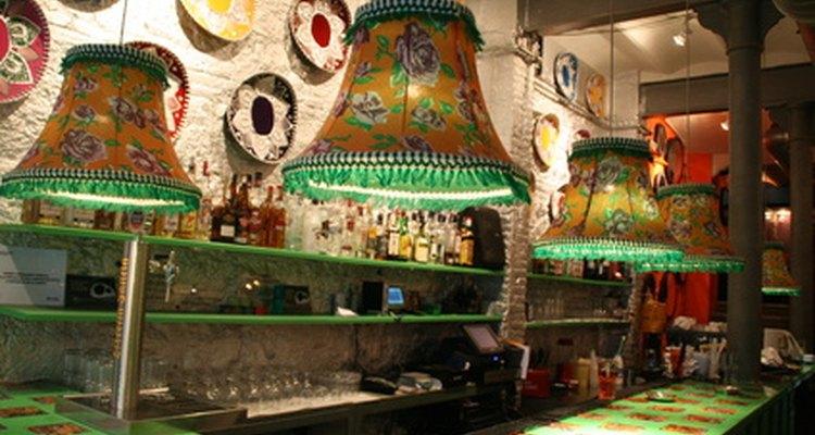 El suelo de baldosas en el bar es lavado y fregado con una escoba.