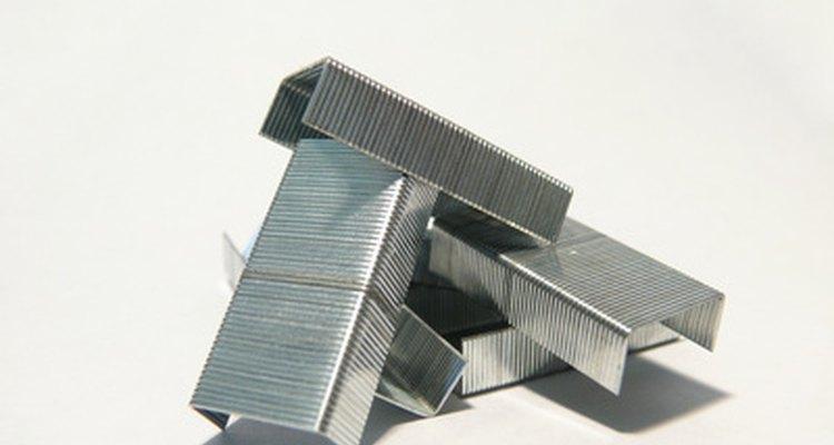 Las grapas son un dispositivo de sujeción de metal común.