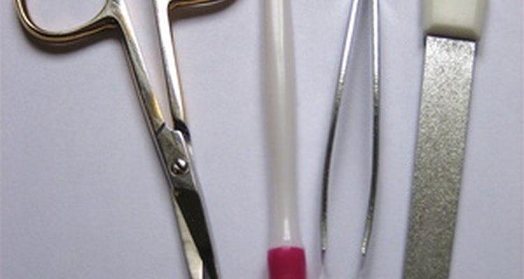 Levanta la uña postiza usando una herramienta para empujar las cutículas o una lima metálica para uñas.