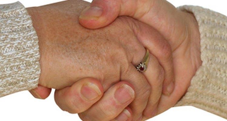 Un saludo de mano en un gesto no verbal poderoso.