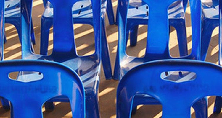 Cadeiras plásticas podem ser produzidas de várias maneiras.