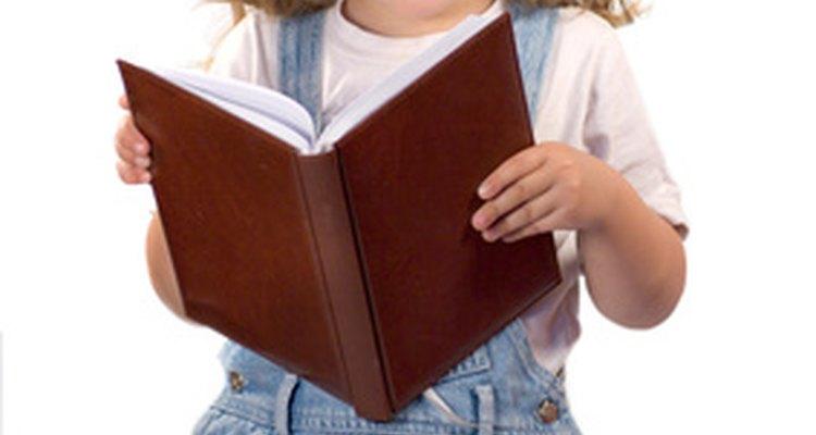 Leer sus libros o poemas favoritos desarrolla la fluidez de los niños al leer.