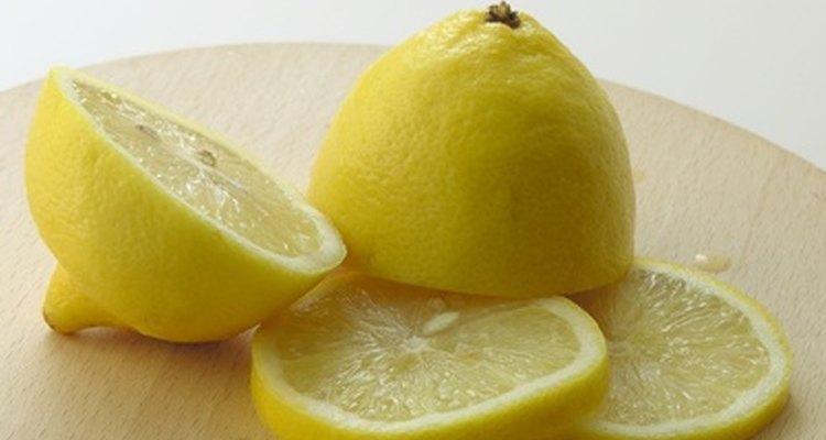 El limón trabaja de forma similar al vinagre.