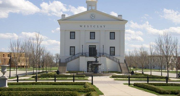 Los gobiernos locales pueden operar en un ayuntamiento en el centro del pueblo.
