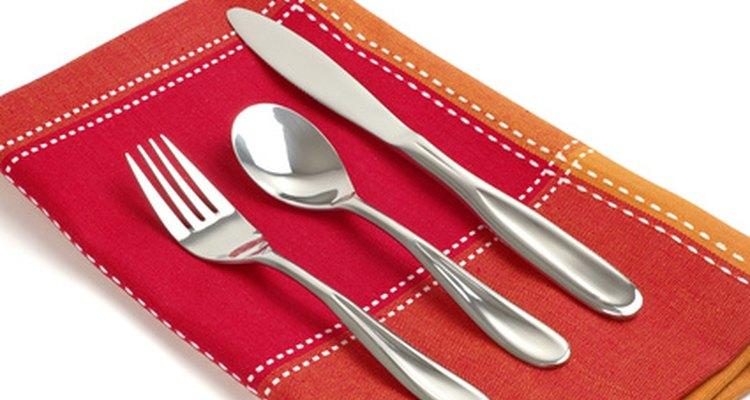 Los cuchillos, tenedores y cucharas de plata esterlina.